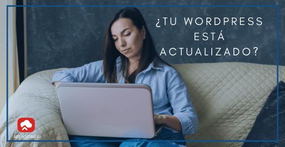 mujer actualizando wordpress